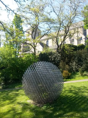 """Dieses Bild habe ich am 8.5.2016 aufgenommen, zwei Tage vor dem Tod von François Morellet. Es zeigt sein Werk """"Sphère-Trames"""" von 1962/76 im Skulpturengarten des Museums Abteiberg in Mönchengladbach."""